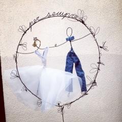Cake topper sposi in filo di ferro, pizzo, cristalli e altri materiali per donare poesia al tuo matrimonio