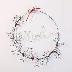 Cerchio Noel con agrifoglio e cristalli rossi